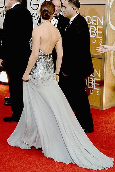 Міла Куніс дефілювала на червоній доріжці Золотого глобусу у сукні від Gucci
