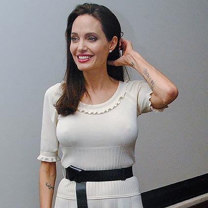 Соблазнительница Анджелина Джоли ненадела нижнее белье под тонкое одеяние