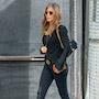 50-летняя Дженнифер Энистон прогулялась по Голливуду в молодежном наряде. Фото