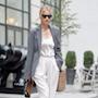 Оттенки жемчуга: Рози Хантингтон-Уайтли в брючном костюме покоряет Нью-Йорк. Фото