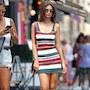 От фигуры Эмили Ратажковски захватывает дух: модель надела полосатое платье. Фото