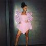 Рианна подчеркнула свою наготу прозрачным мини-платьем с перьями и воланами. Фото